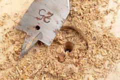 Сверлить с лопастью сверлит внутри макулатурный картон Работа плотничества в мастерской плотничества стоковая фотография rf