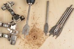 Сверлить с лопастью сверлит внутри макулатурный картон Работа плотничества в мастерской плотничества стоковые фотографии rf