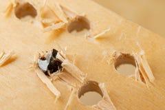 Сверлить отверстие в древесине Деревянные сверло и переклейка в мастерской плотничества стоковые изображения rf