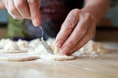 Свернутое тесто с творогом на деревянном столе стоковые фотографии rf