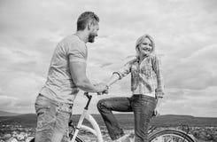 Свертывая дата романс или велосипеда Человек с бородой и shy белокурая девушка на первой дате Женщина чувствует застенчивой в ком стоковое фото rf
