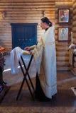 Священник за аналоем стоковая фотография