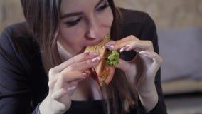 Сексуальная маленькая девочка ест sedvich Конец-вверх Концепция быстрого общества закуски и тучности Еда для фрилансера акции видеоматериалы