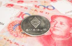 Секретная концепция валюты - монетка Ethereum с валютой RMB Chinece, Renminbi, юанем стоковые изображения