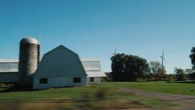 Сельский ландшафт с ветрогенераторами Взгляд от окна управляя автомобиля сток-видео