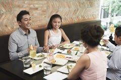 Семья есть еду на ресторане стоковые фото