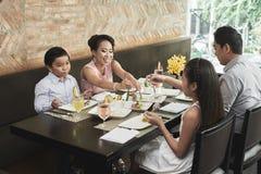 Семья имеет обедающий на ресторане стоковые изображения