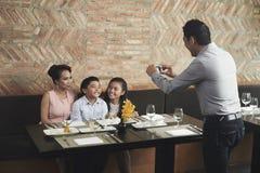 Семья представляя для фото стоковая фотография