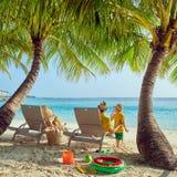 Семья с годовалым мальчиком 3 на пляже стоковое фото rf