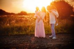 Семья с детьми на заходе солнца стоковая фотография rf