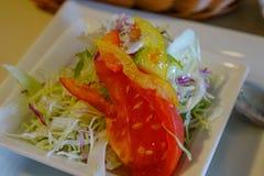 Сервировка здорового салата овощей стоковая фотография rf