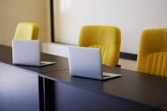 Серебряные компьютеры на таблице в офисе стоковое фото