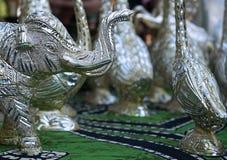 Серебряные декоративные figurines индийского слона в магазине улицы стоковое изображение rf