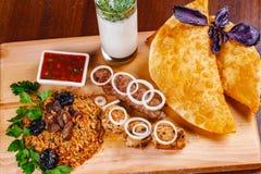 середина кухни восточная Pasties, kebabs, pilaf, ayran на деревянной разделочной доске Взгляд сверху стоковые изображения rf