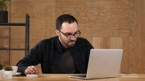 Сердитый бизнесмен перед ноутбуком видеоматериал