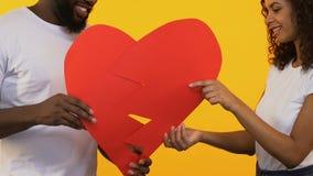 Сердце Multiracial пар соединяясь бумажное, любит концепцию, Реюньон после ссоры сток-видео