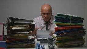 Серьезный бизнесмен прочитал контракт и стал нервным и раздражанным стоковые фото