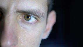 Серьезный взгляд молодого человека который сконцентрировал работы на черной предпосылке акции видеоматериалы