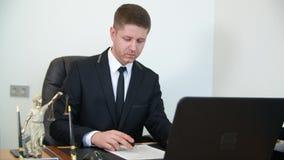 Серьезное красивое чтение бизнесмена и подписывая контракт видеоматериал