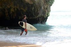 Серферы идя заниматься серфингом в океане стоковое изображение