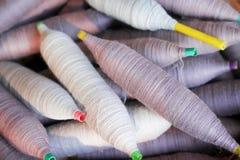 Серый цвет и пурпурная катушка пряжи наматывают картин природы бумажной нитки для предпосылки стоковое изображение