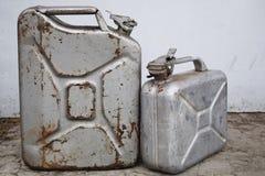 2 серых консервной банки с бензином или дизелем, бочонком металла стоковое фото rf
