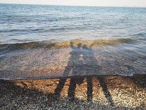 Силуэты любовников берега озера стоковые изображения rf