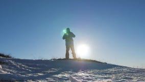 Силуэт человека с рюкзаком против яркого захода солнца неба Солнце идет вниз перемещение карты dublin принципиальной схемы города видеоматериал