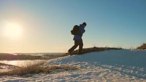 Силуэт человека с рюкзаком против яркого захода солнца неба Солнце идет вниз перемещение карты dublin принципиальной схемы города сток-видео