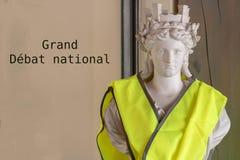 Символ Марианны Французской Республики с желтым jaune gilet жилета со спором текста большим национальным написанным во французско стоковые изображения rf