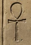 Символ Ankh древнего египета высекаенное на камне стоковые изображения rf