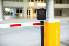 Система входа автостоянки автоматическая Система безопасности для построения доступа - стопа ворот барьера с будкой для сбора пош стоковое фото