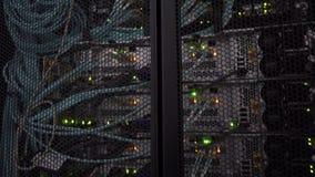 Система хранения группы Hi-техника комнаты сервера центра данных Движение камеры видеоматериал