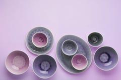 Сирень и пурпурный dinnerware стоковые изображения rf
