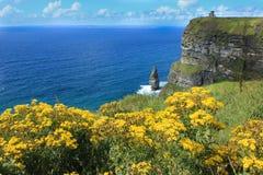 Скалы привлекательности Moher Ирландии туристской укладывая рюкзак стоковое изображение