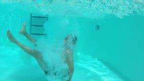 Скачка во взгляде бассейна подводном сток-видео