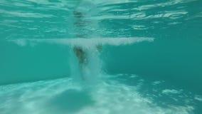 Скачка с выплеском внутри бассейна