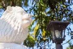 Скульптура льва в предохранителях парка фонарик стоковая фотография
