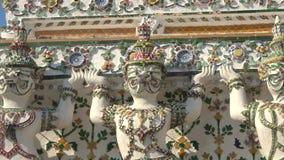 Скульптуры демонов-Rakshasa, буддийского виска Wat Arun bangkok Таиланд акции видеоматериалы