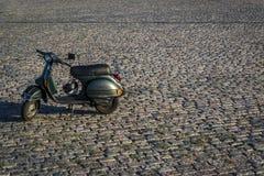Скутер на булыжниках стоковое изображение