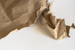 Скомканная коричневая упаковочная бумага и текстура, клиппирование, изолированное на белой предпосылке стоковые изображения