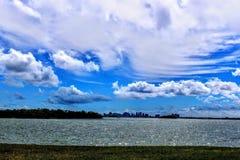 Славное небо на заливе стоковое изображение rf