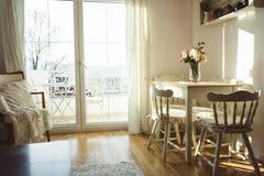 Славно украшенная живя комната обеда Обеденный стол и некоторые стулья стоковые фотографии rf