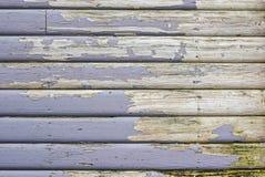 Слезать краску на старом деревянном фасаде стоковые изображения rf