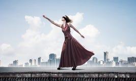 Слепая женщина в длинном красном платье наверху здания Мультимедиа бесплатная иллюстрация