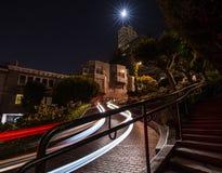 Следы автомобиля вечером на улице Lomard, Сан-Франциско стоковые изображения