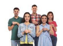 Слух - поврежденные люди показывая слово для того чтобы ВЕРИТЬ на языке жестов стоковое фото rf