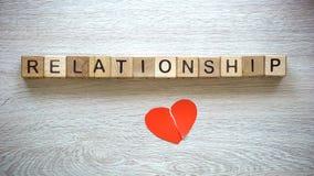 Слово на кубах, соединенное разбитый сердце, примирение отношения после разделять стоковое изображение