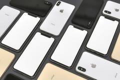 Смартфоны золота, серебра и космоса IPhone XS серые, состав мозаики стоковые изображения rf