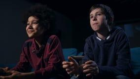 Смеясь мальчик смешанной гонки против серьезного жуя друга акции видеоматериалы